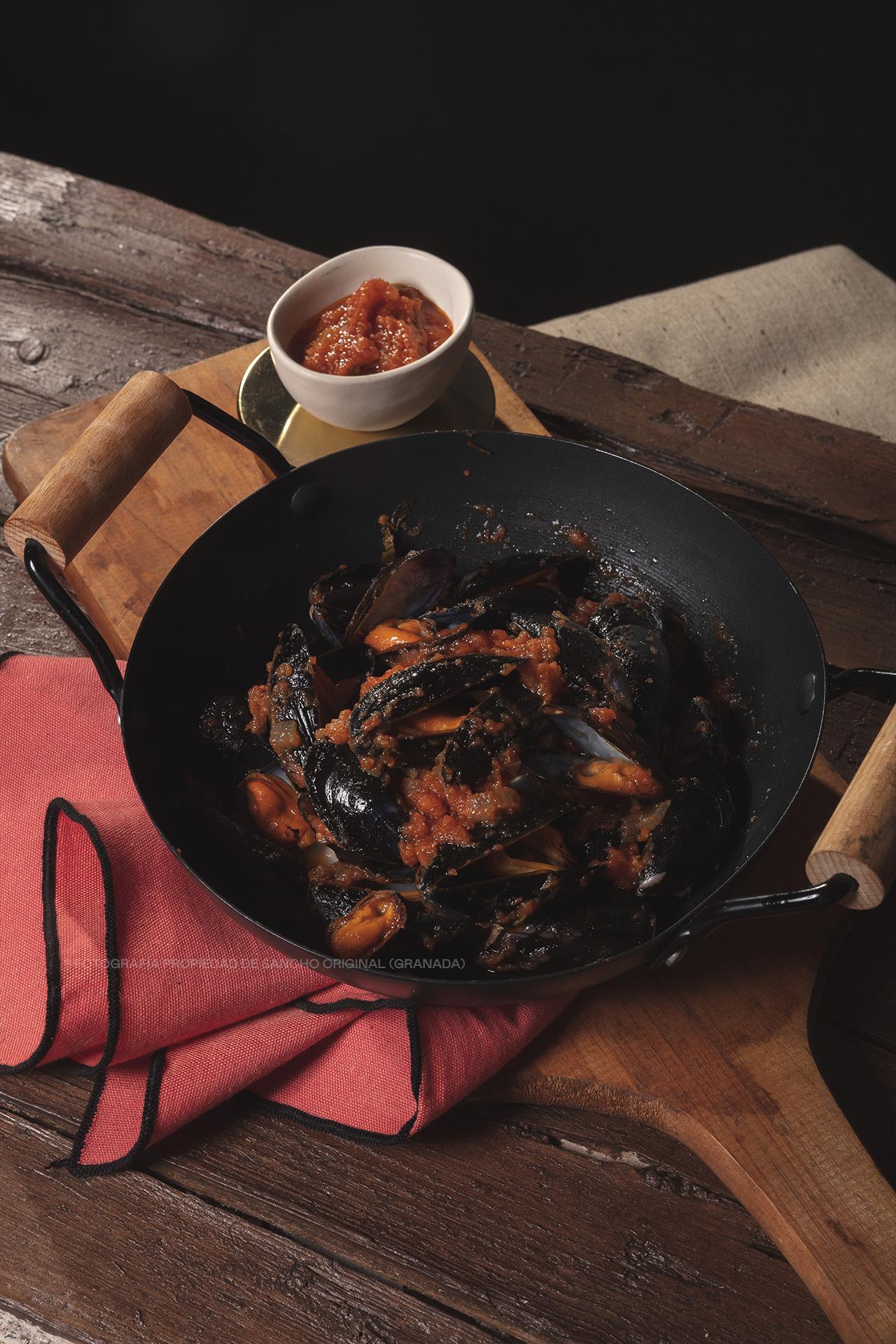 Mejillones a la brasa con salsa de tomate y albahaca de Sancho Original