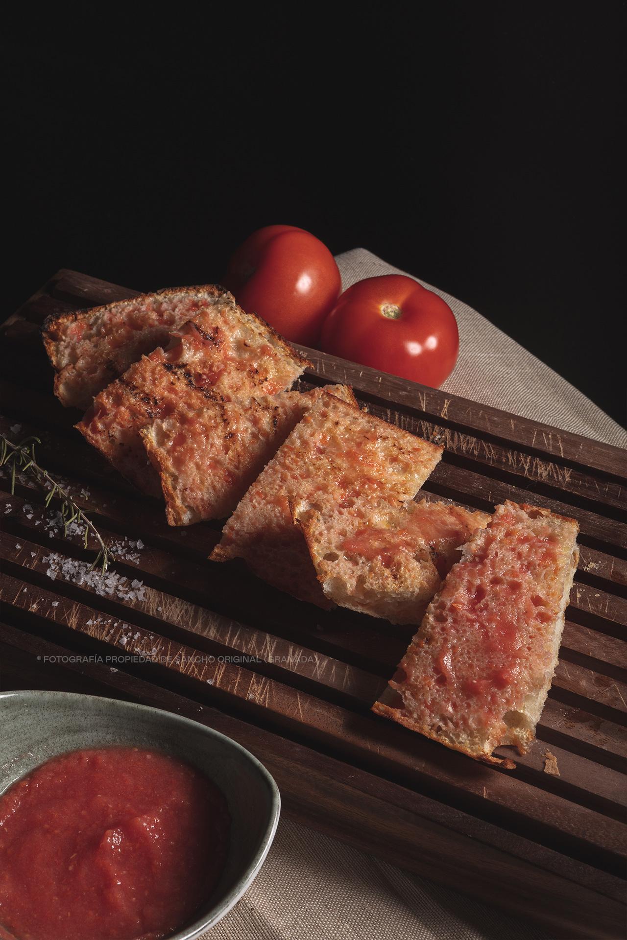 Tostas de pan cristal con tomate y aceite de oliva de Sancho Original