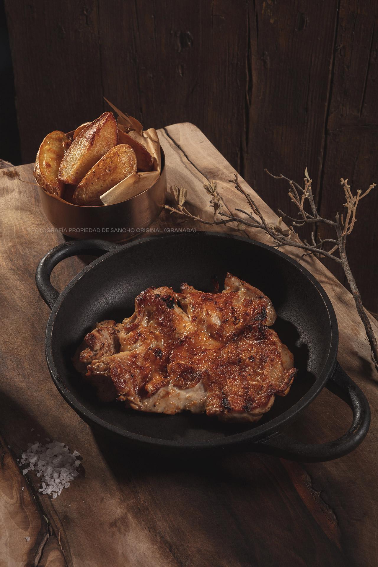 Churrasco de pollo marinado y patatas gajo de Sancho Original
