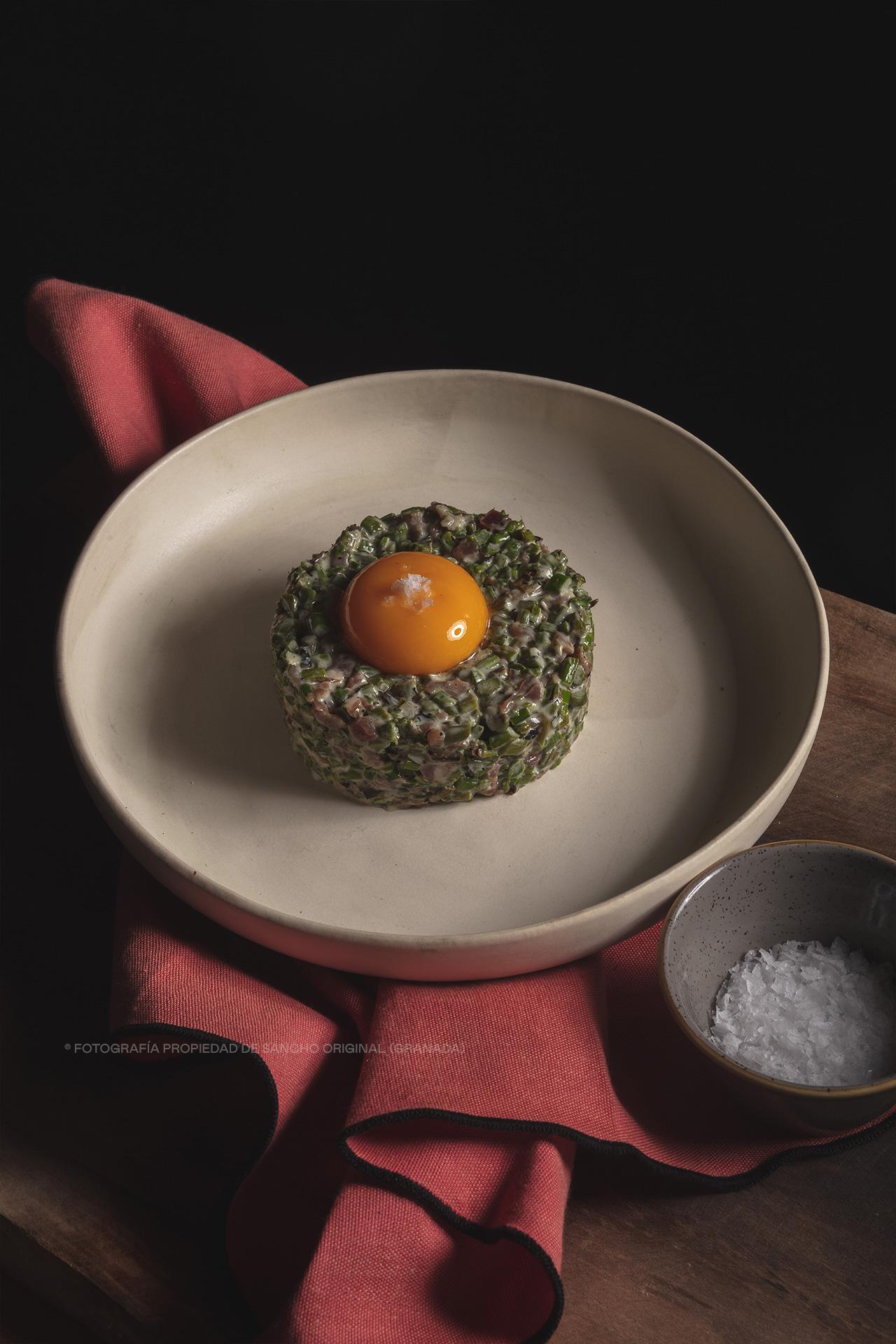 Tartar de espárragos verdes y jamón serrano de Granada con sus tostas de Sancho Original